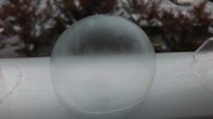 表面が凍ったシャボン玉