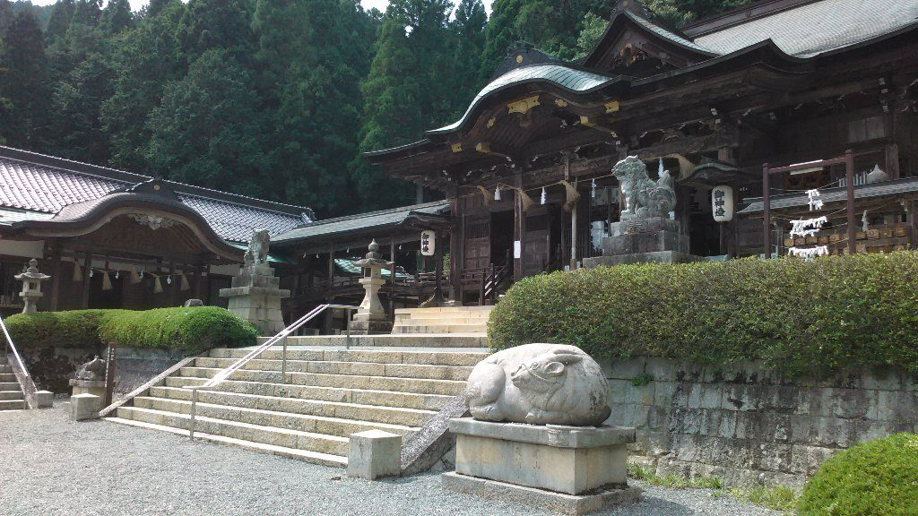 拝殿。狛犬と牛