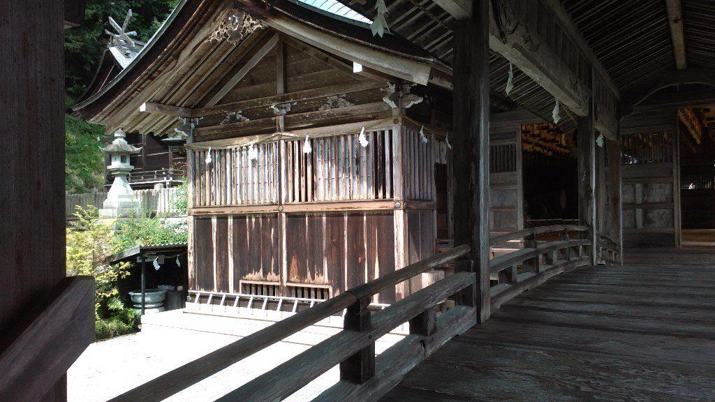 渡り廊下から拝殿、本殿