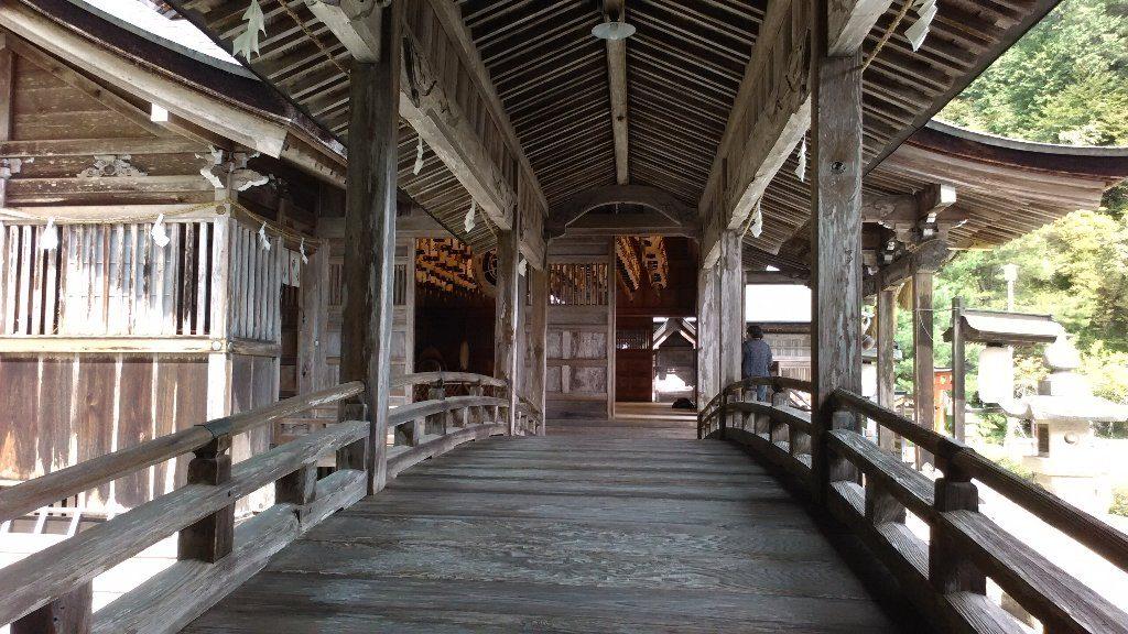 渡り廊下から拝殿