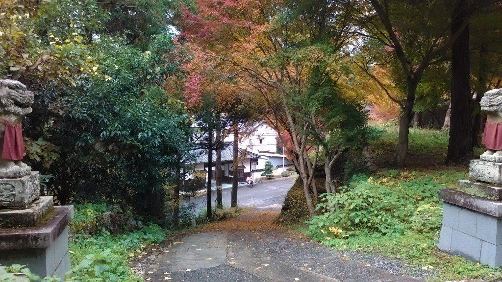 奥の宮から木山寺の長屋門が見えます。