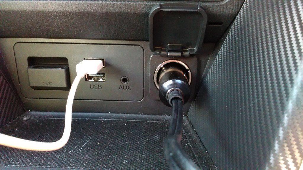シガーライターソケットに空気入れのコード接続