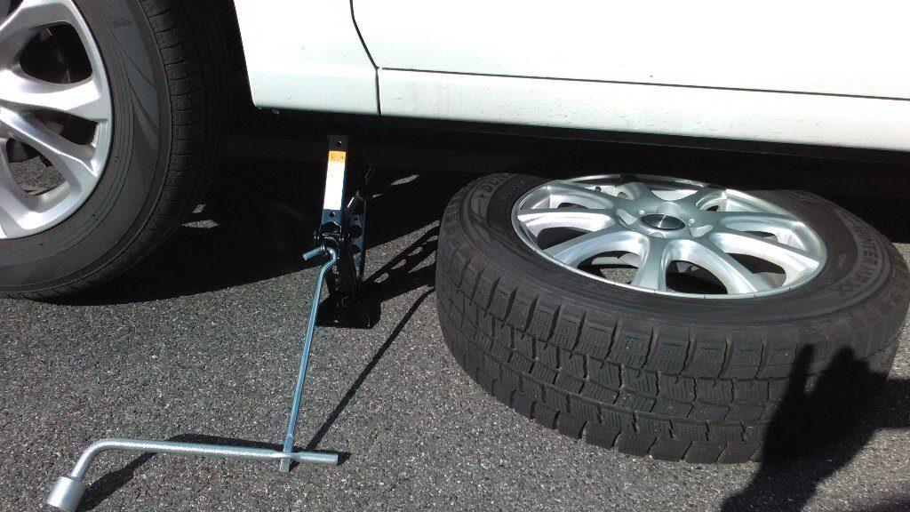 車の下にタイヤを置く