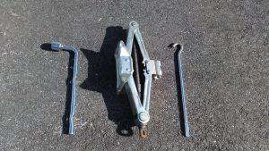 車載工具。パンタグラフジャッキとボックスレンチ