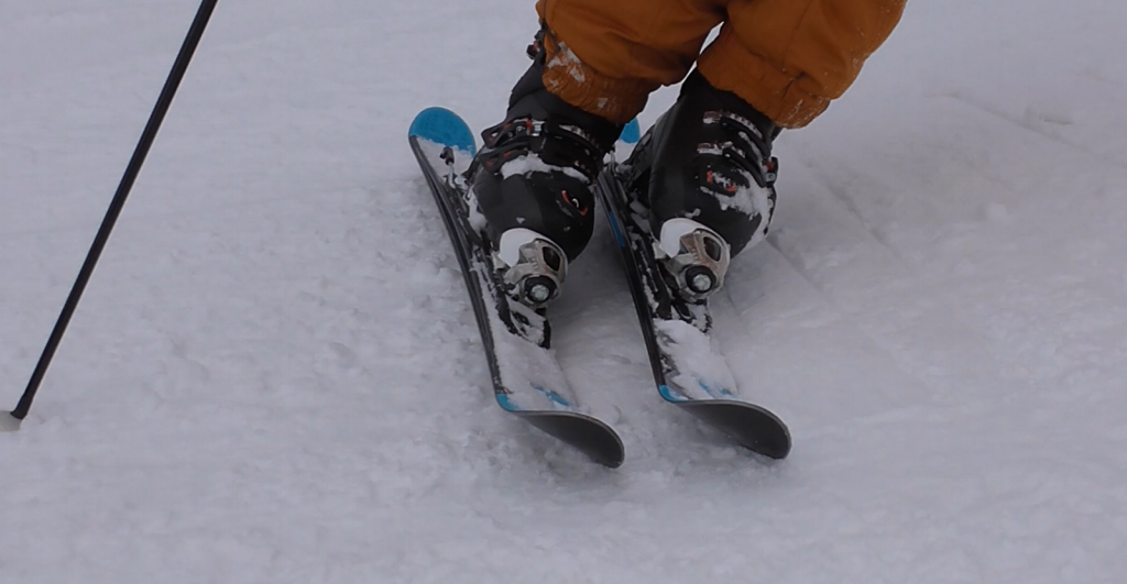 edge sharp both-ski エッジ。立つ。両足スキー。アップ。左右反転画像