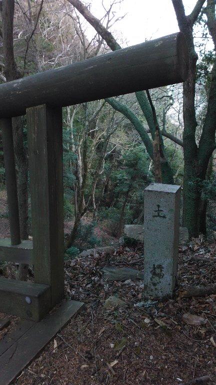 土橋。道標