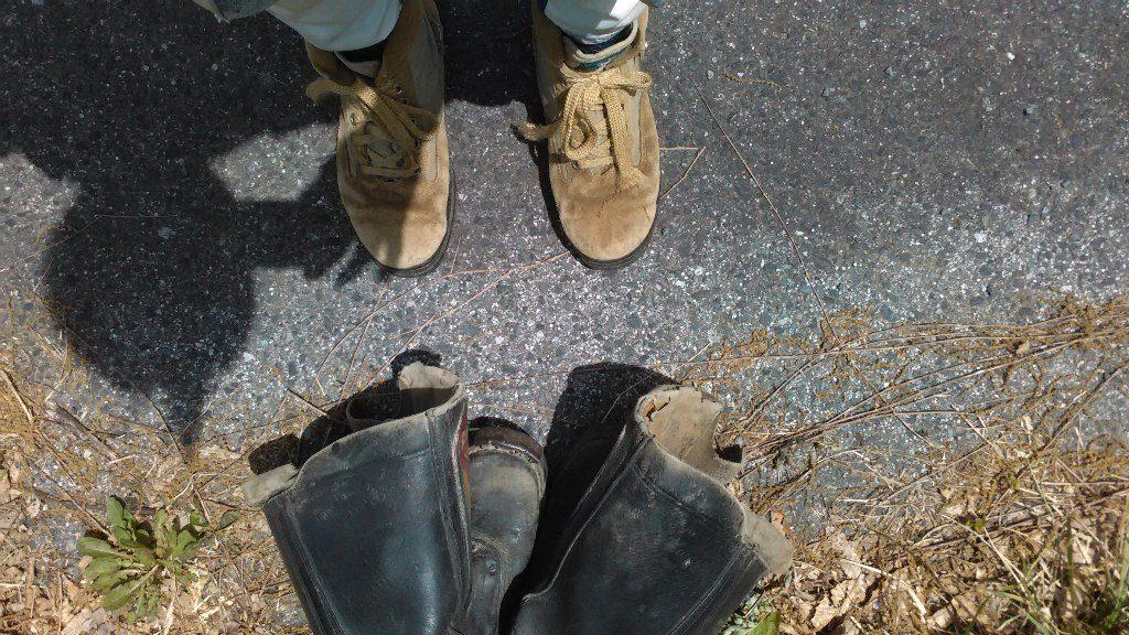 登山靴に履き替え