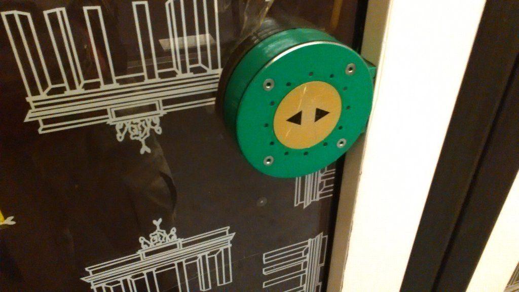 乗り物の開けるボタン