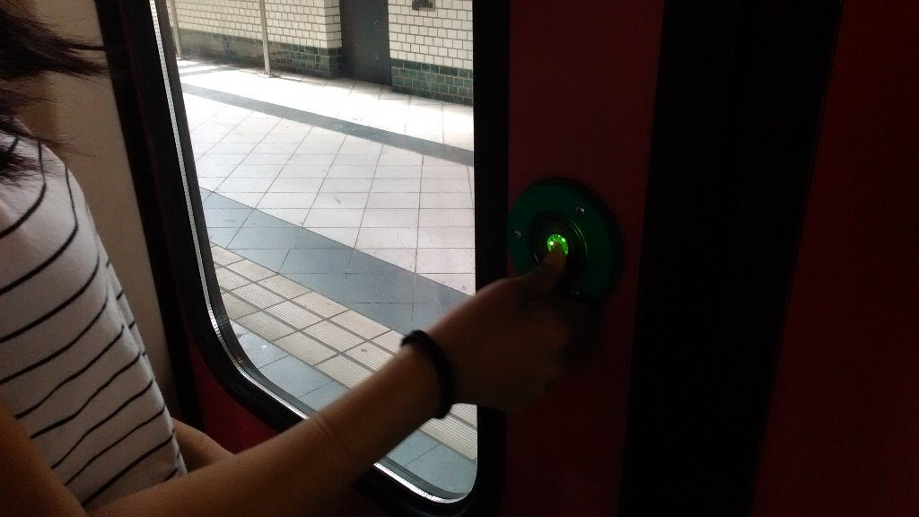 ボタンを押さないと開かない。