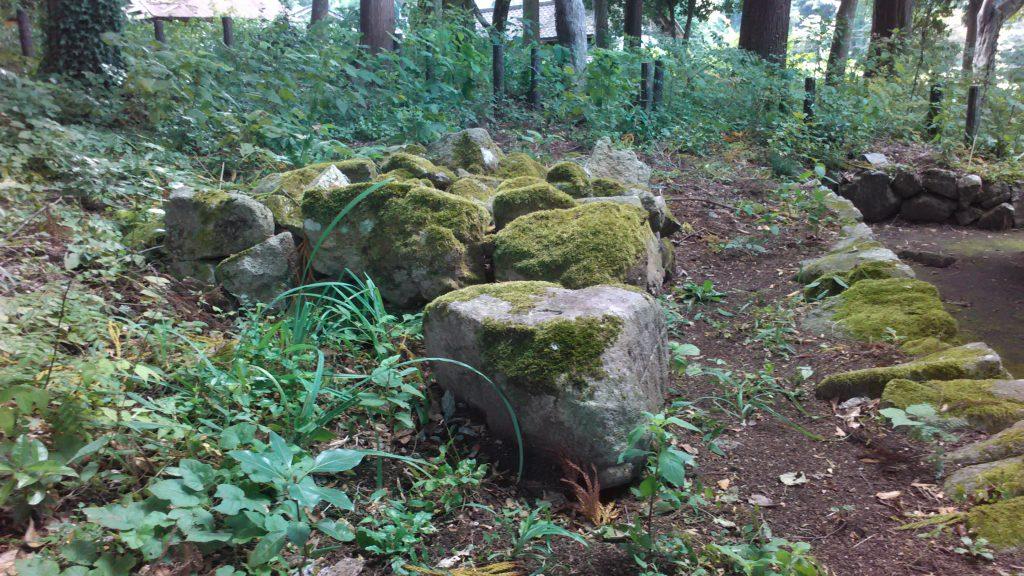 本殿裏の岩