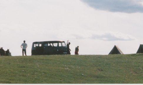 機材車。テント