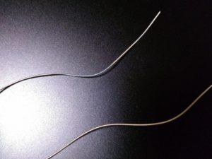 金属弦。ナット側