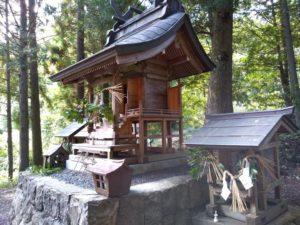 武内神社。右から