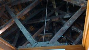屋根裏、突っ張り棒