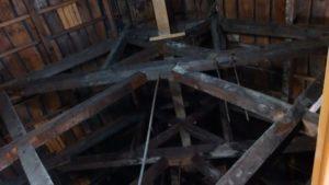 屋根裏、突っ張り棒、カビ