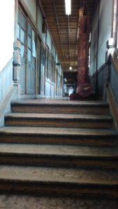 東階段から2階の廊下