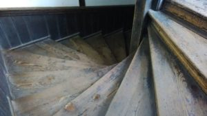 廻り階段。上から